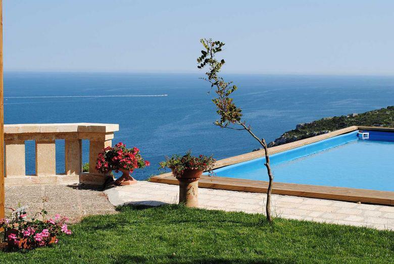 Villa con piscina a strapiombo sul mare sulla costa del - Hotel sul mare con piscina ...