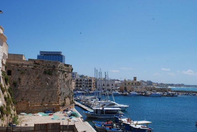 Barche nel centro storico di Gallipoli (Lecce)