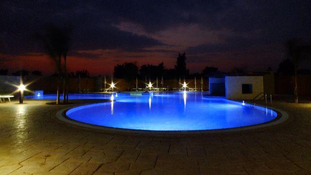 PIscina di sera Residence La Pineta Otranto