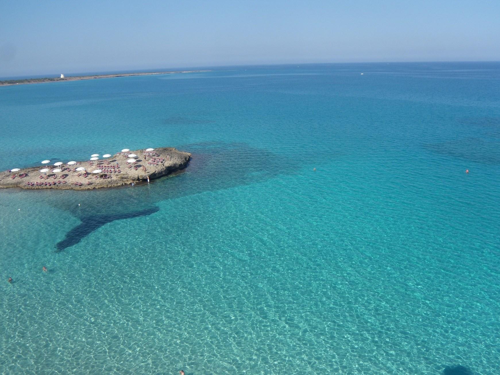 mare limpido della costa del mar Jonio del Salento vicino Torre Suda e Punta Pizzo