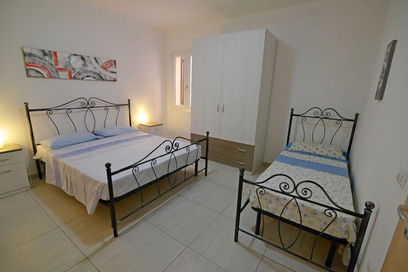 camera matrimoniale con lettino Toto residence Torre Lapillo