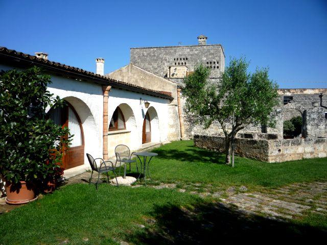 Le camere di Masseria Santa Lucia Alessano affacciano direttamente su un verde prato