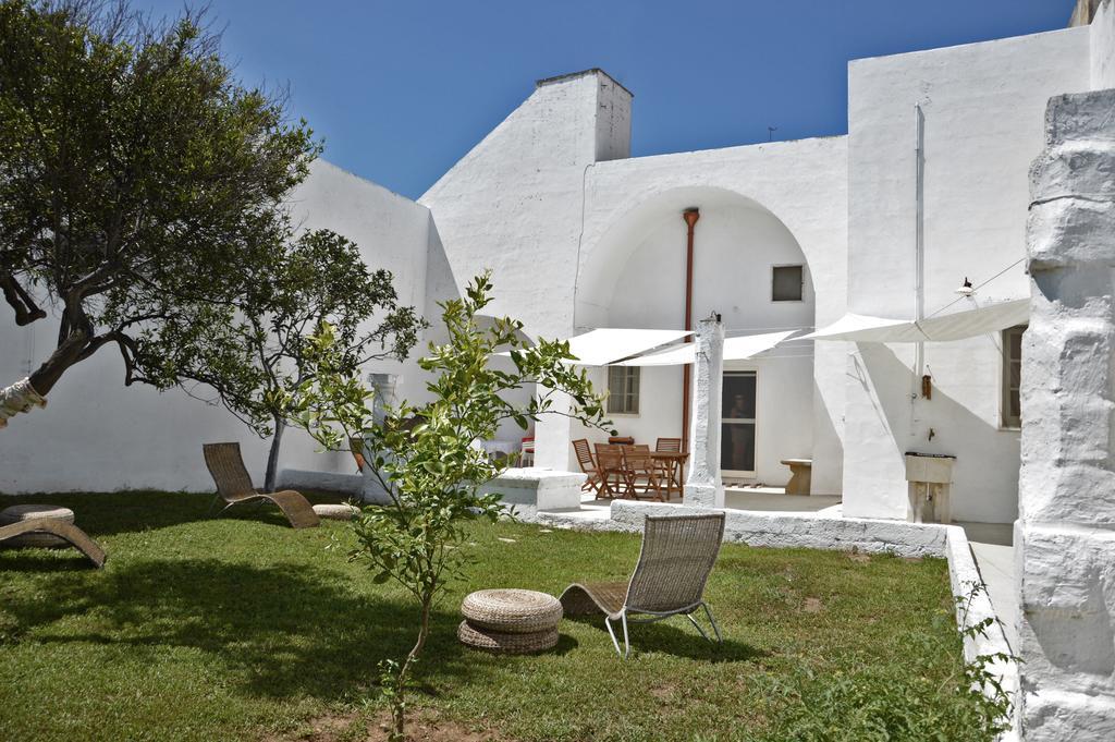 La magnifica terrazza, di circa 80mq, con tettoia, tavolo grande, sedie, barbecue, lavello esterno e