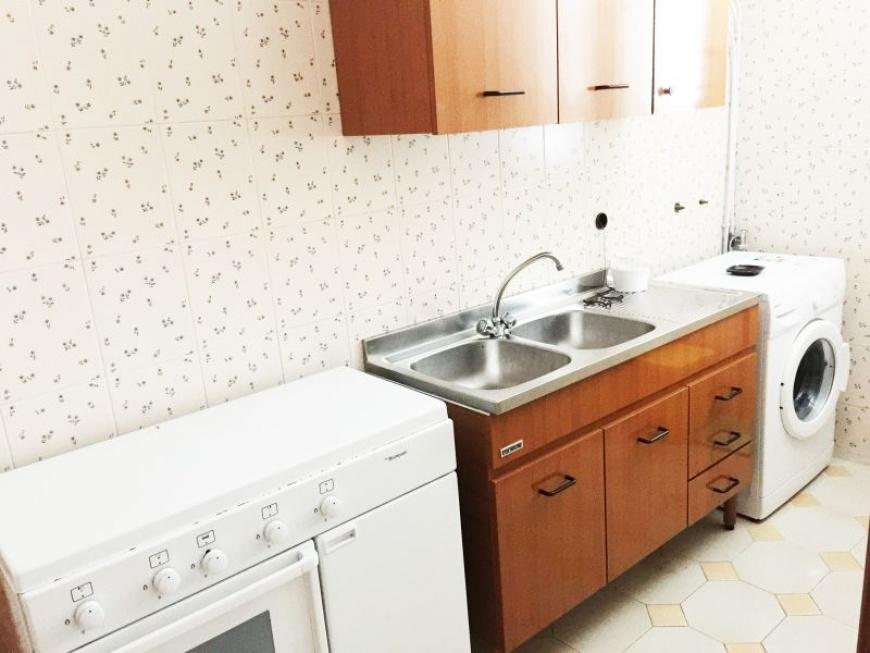 e_cucina attrezzata con set stoviglie