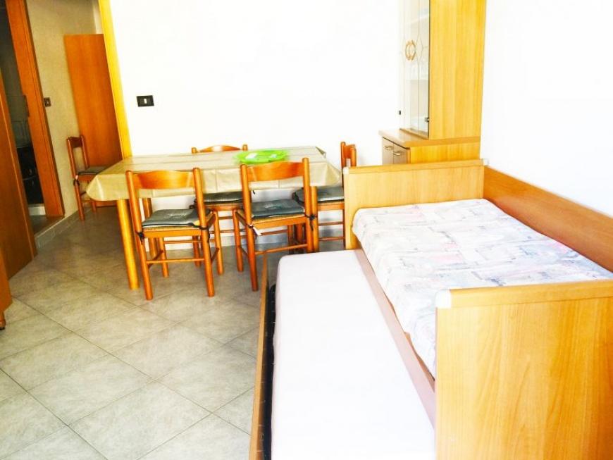 d_ soggiorno cucina con divano letto matrimoniale