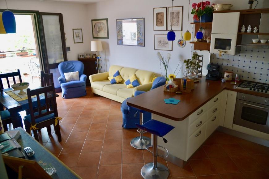 L'ampio soggiorno con cucina abitabile, accessoriata di tutto