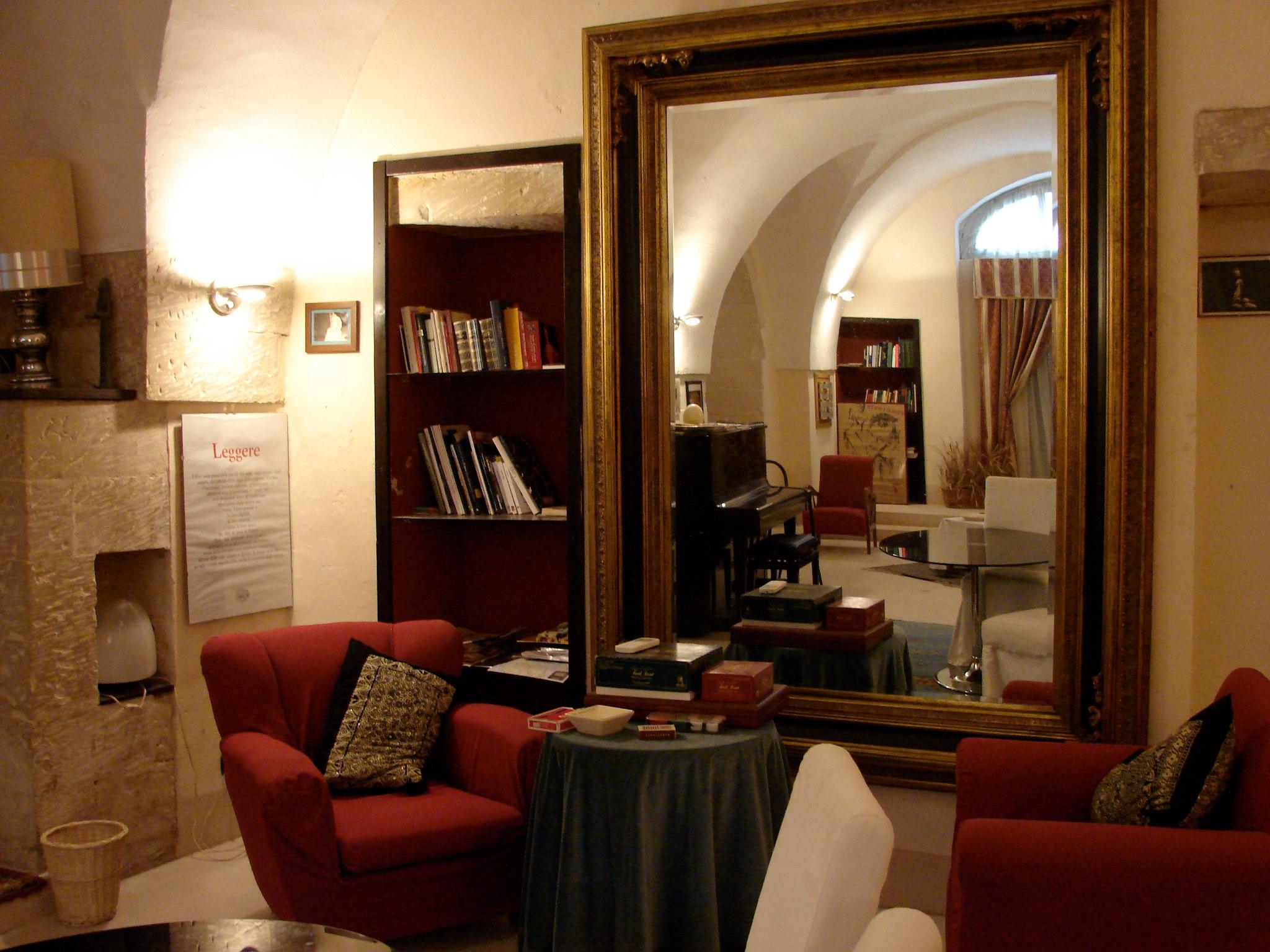 sala di lettura presso la dimora storica Nostra Signora dei Turchi nei pressi di Otranto