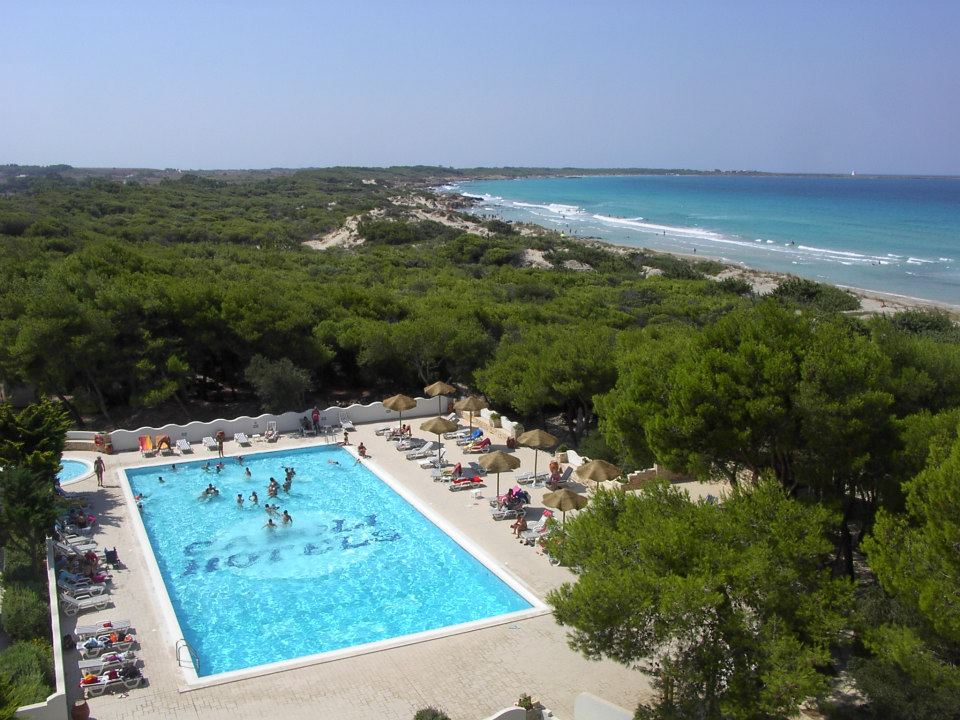 hotel con piscina sul mare in Puglia