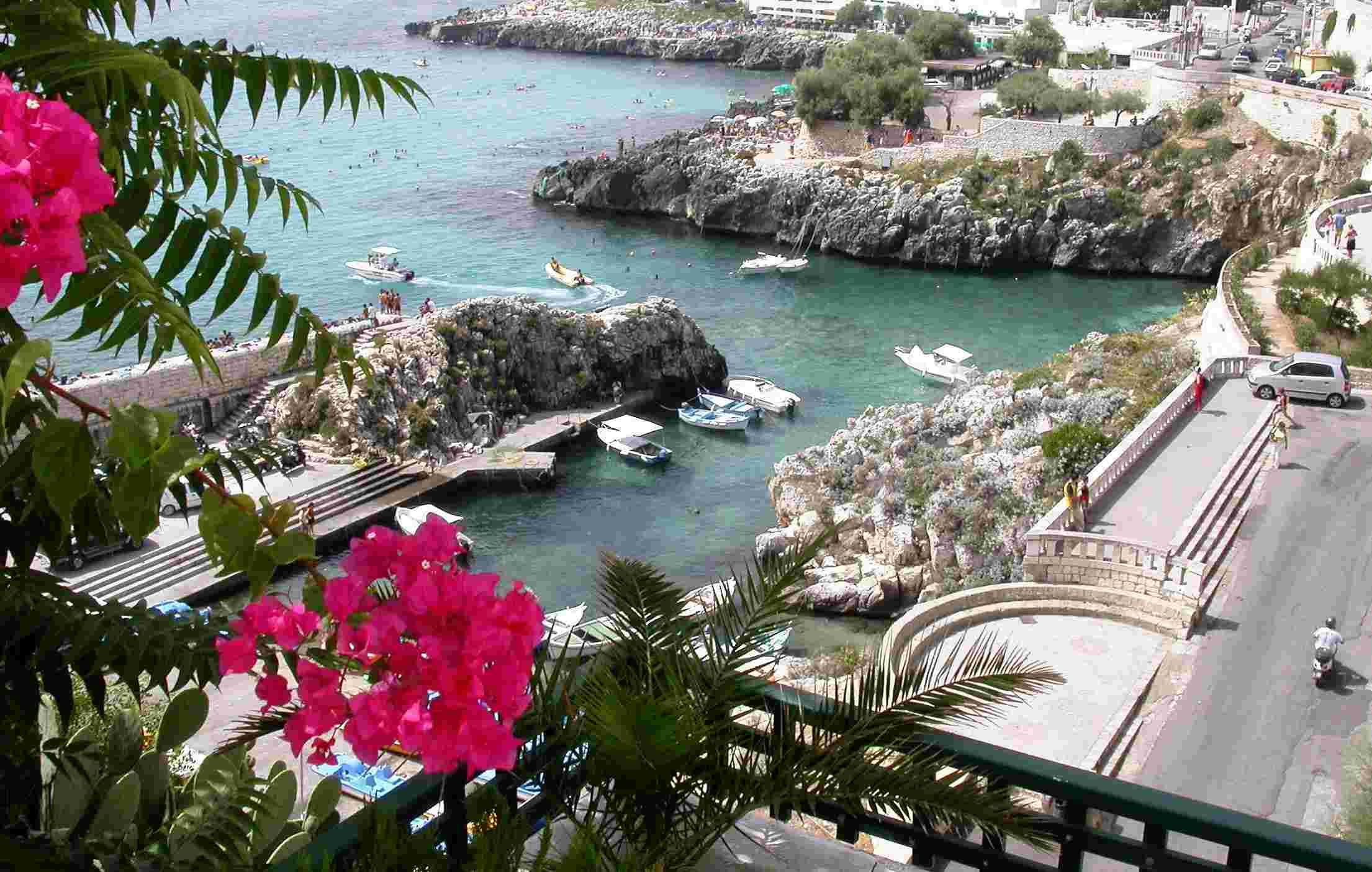 fare un bagno nelle scogliere di Castro marina (Puglia)