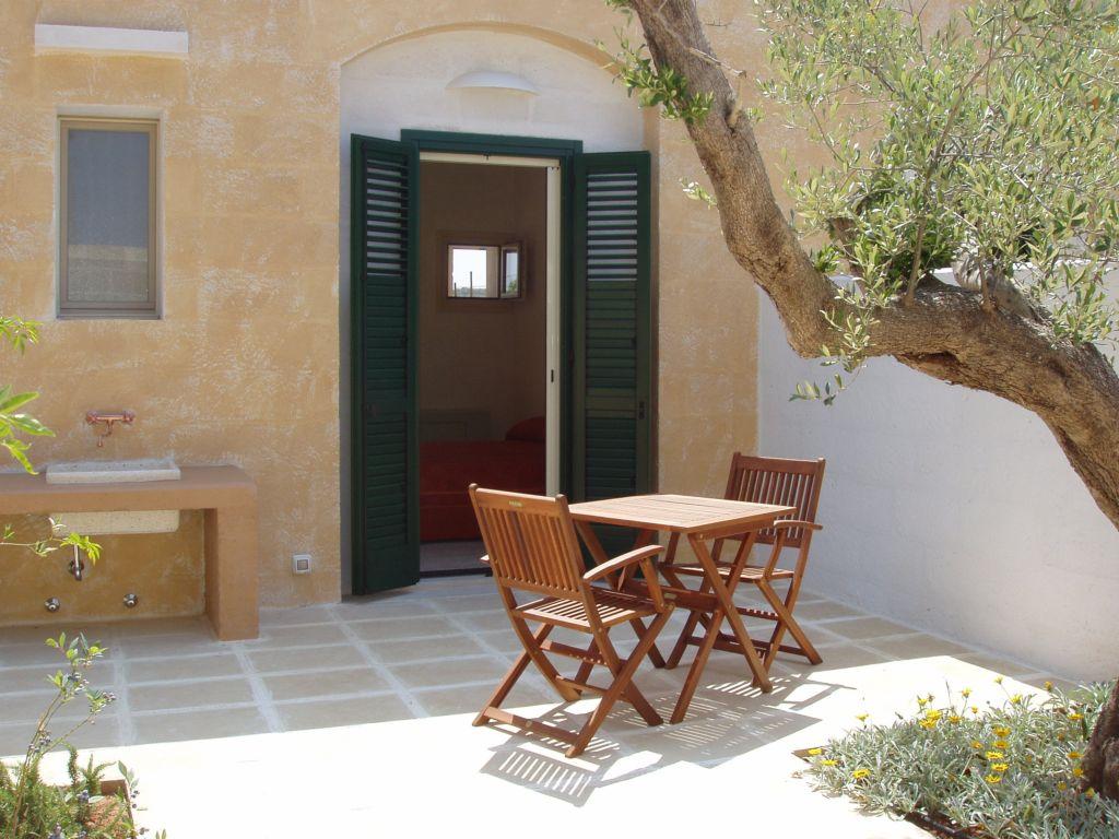 Esterno con tavolo e sedie antico Frantoio Gallipoli