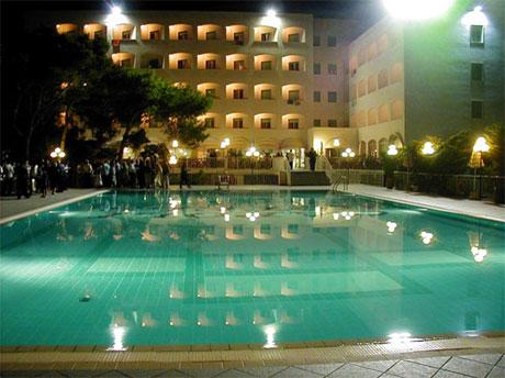Piscina di sera presso Ecoresort Le Sirenè Gallipoli della catena Caroli Hotels
