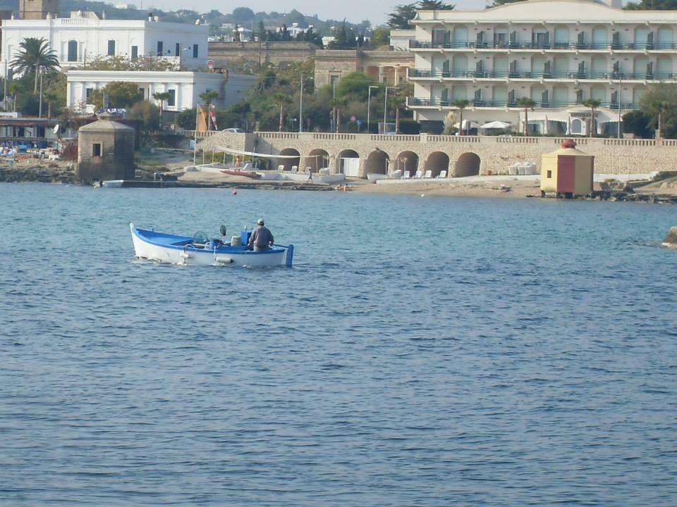 barche di pescatori in mezzo al mare del Capo di Leuca