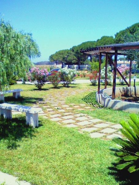 Giardino della tenuta Donna Rosa vicino alla spiaggia di Baia dei Turchi a Otranto