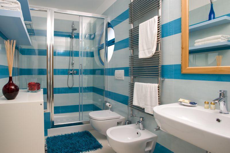 Bagno con doccia Residence Lo Scalo Marina di Novaglie ...
