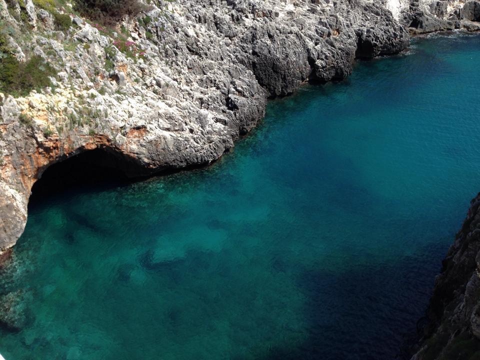 mare e scogliere del Ciolo a Gagliano del Capo vicino all'agriturismo Spinose