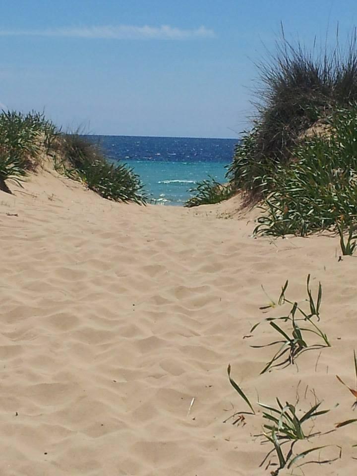 rilassarsi sulle dune della spiaggia delle Maldive del Salento a Salve (Puglia)