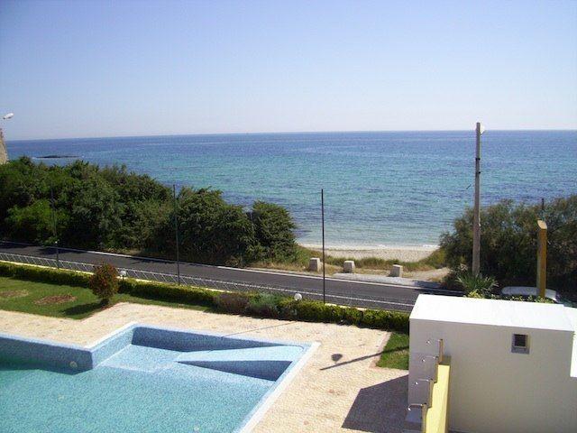 Piscina direttamente sul mare del residence Solaris a Torre Specchia (Salento)