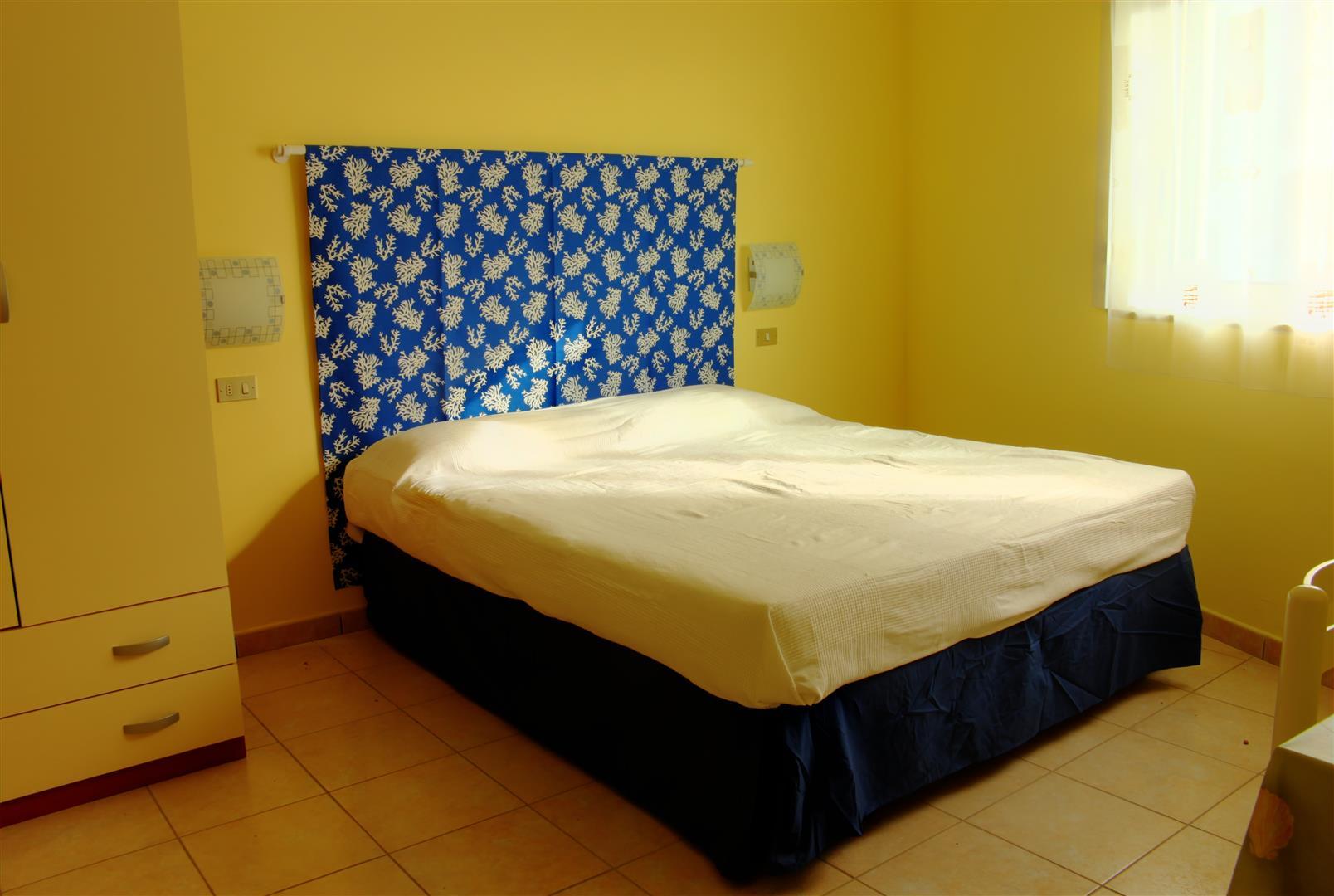 La comoda e luminosa stanza matrimoniale degli appartamenti San Foca Centro