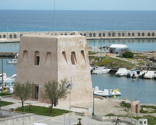 La Torre di San Foca che si affaccia sul porto turistico
