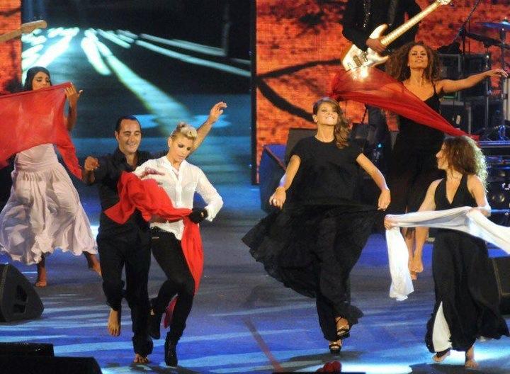 Emma Marrone ed Alessandra Amoroso che ballano la Pizzica