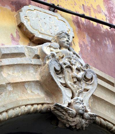 Stemma nobiliare - casa a corte in Via Roma (1786) a Cannole