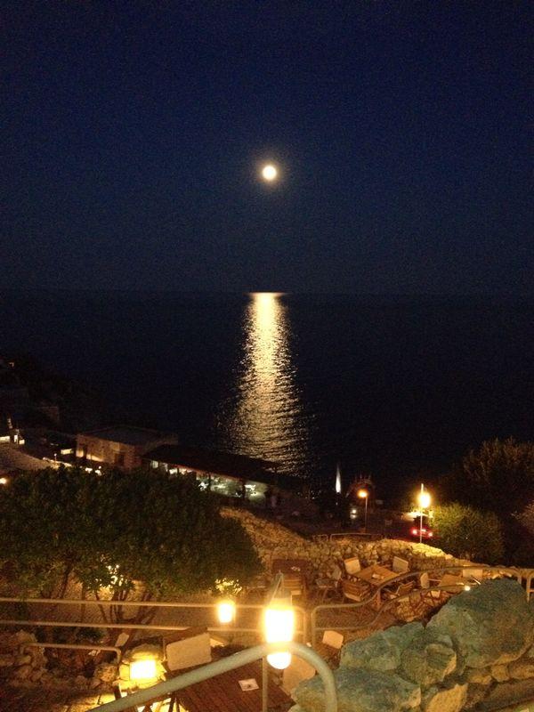 luna piena di fronte alle terrazze del ristorante Gibò a Santa Maria di Leuca