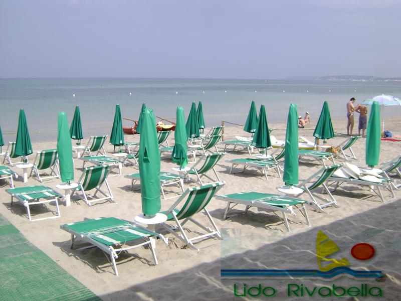 Relax sulla spiaggia della località Rivabella di Gallipoli (Lecce)